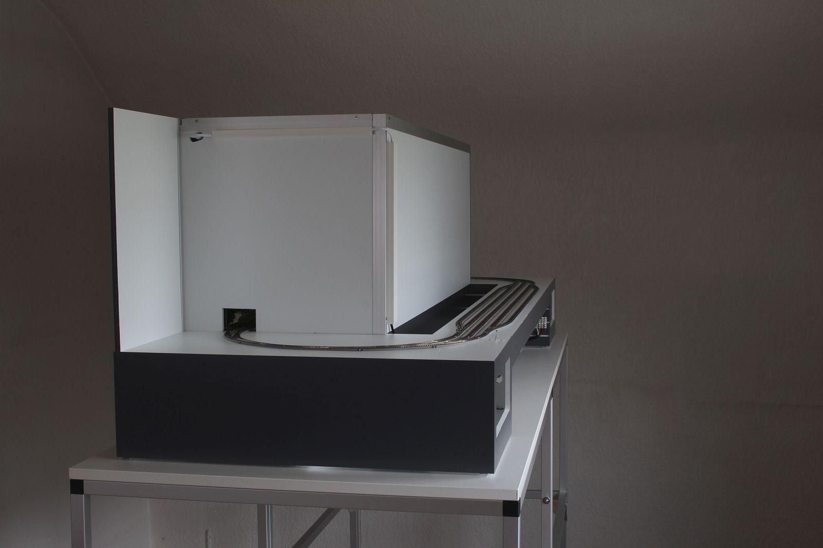 Präsentationsdiorama mit Leuchtkasten von der Seite